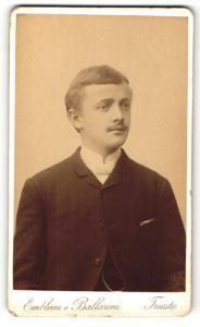 Fotografie Emblemi e Ballarini, Trieste, Portrait Herr mit Oberlippenbart u. Fliege im Anzug