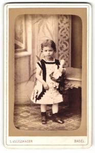 Fotografie S. Vogelsanger, Basel, Portrait kleines Mädchen mit Puppe