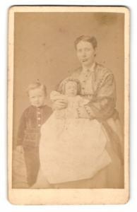 Fotografie F. Pfeiffer, Celle, Portrait Mutter mit zwei Kindern