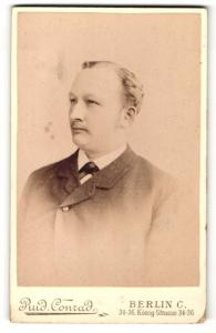 Fotografie Rud. Conrad, Berlin-C, Portrait junger Herr mit zurückgekämmtem Haar