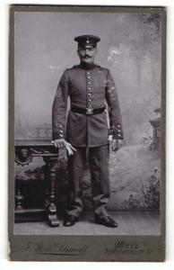 Fotografie F. Wilh. Schmidt, Metz, Portrait Soldat in Uniform mit Ärmelabzeichen