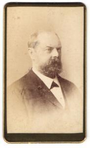 Fotografie Taeschler, Basel, Portrait Herr mit Bart in Anzug