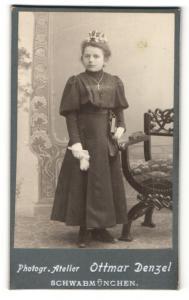 Fotografie Ottmar Denzel, Schwabmünchen, Portrait Mädchen in feierlicher Kleidung