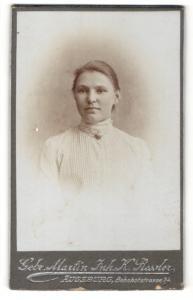 Fotografie Gebr. Martin, Augsburg, Portrait junge Frau mit zusammengebundenem Haar