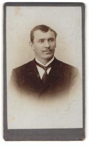 Fotografie Carl Bauer, Augsburg-Lechhausen, Portrait junger Mann in Anzug mit Krawatte