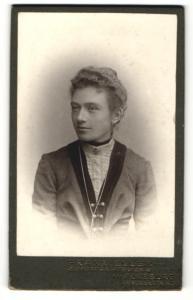 Fotografie Franz Eller, Augsburg, Portrait junge Frau mit zusammengebundenem Haar