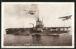 AK Kriegsschiff Bearn-Flugzeugträger vor der Küste