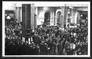 AK London, Stock Exchange: the nation`s market place, scene on the trading floor of the House