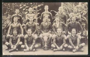 Foto-AK britische Rugbymannschaft mit Pokal