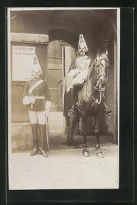 Foto-AK zwei britische Soldaten mit Pferd auf ihrem Wachposten