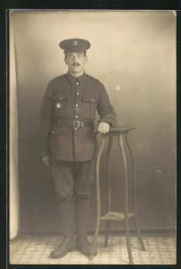 AK stattlicher Soldat in britischer Uniform