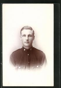 AK junger blonder Soldat in britischer Uniform, Portrait