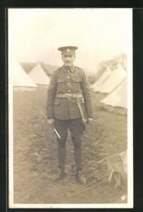 Foto-AK britischer Soldat im Truppenlager stehend
