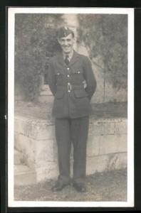 Foto-AK lachender Soldat in britischer Uniform