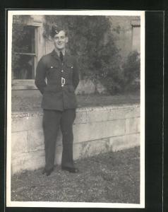 Foto-AK lächelnder junger Soldat in britischer Uniform