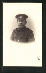 AK britischer Soldat in Uniform mit Schirmmütze