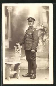 AK stattlicher junger Soldat mit britischer Uniform im Portrait