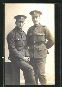 AK zwei britische junge Soldaten in Uniformen