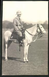 Foto-AK Soldat in britischer Uniform auf Pferd sitzend
