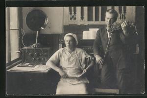 Foto-AK zwei junge Männer mit Radio, Klavier und Geige