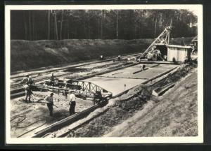 AK Strassenbau, Vom Bau unserer Autobahnen, Die Betondecke wird gelegt, mittels der modernsten Fertigermaschinen