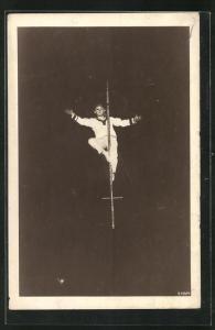 AK Akrobat an einer Stange in luftiger Höhe