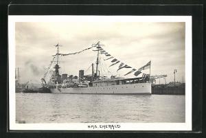 Foto-AK H.M.S. Emerald, britisches Kriegsschiff, Flaggengala