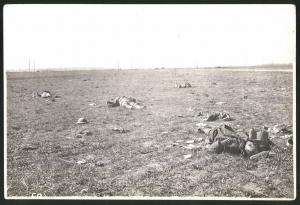 Fotografie 1.WK, Ansicht Roye / Somme, gefallene englische Soldaten auf dem Schlachtfeld