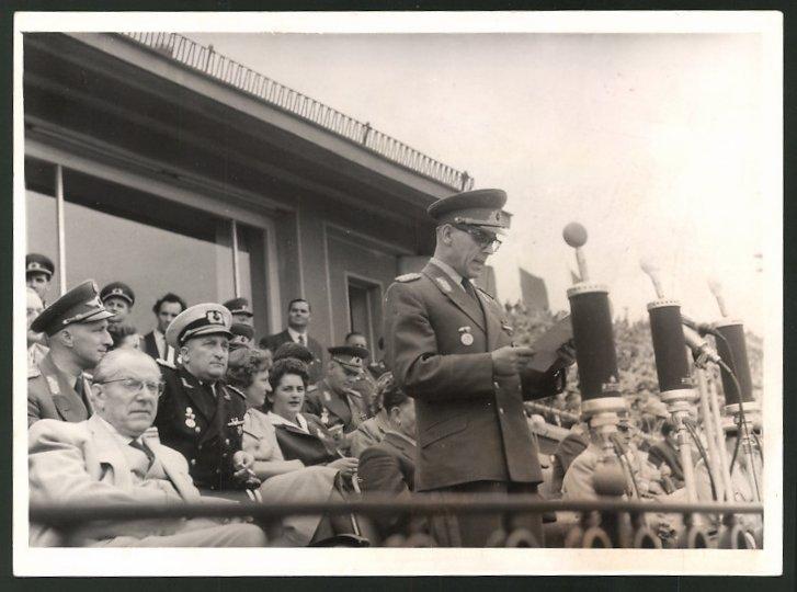 Fotografie I. Sommerspartakiade 1958, Leipzig, Generaloberst Willi Stoph während einer Rede 0