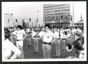 Fotografie Fotograf unbekannt, Ansicht Berlin, DDR-Parade auf dem Alexanderplatz & der Karl-Marx-Allee 1971