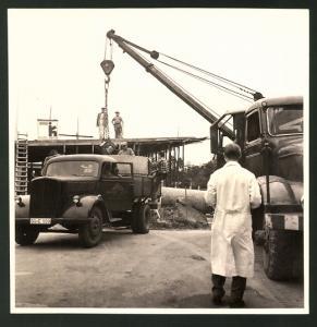 Fotografie Fotograf unbekannt, Ansicht Solingen, Merscheider Str. 99, Lastwagen & Mobilkran auf der Baustelle Esser