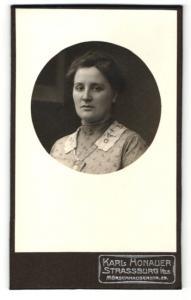 Fotografie Karl Honauer, Strassburg i./Els., Frau in gemustertem Kleid