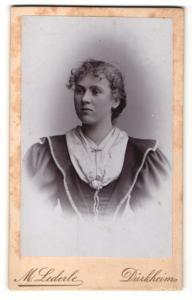 Fotografie M. Lederle, Dürkheim, Frau mit lockigem Haar