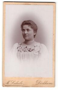 Fotografie Max Lederle, Dürkheim a/H., Frau mit weissem Halsband und Blumen verziertem Kleid