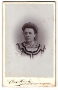 Fotografie Chr. Münch, Strassburg i/Els. , Frau mit hochgestecktem Haar und verziertem Kleid
