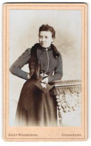 Fotografie Josef Woersching, Starnberg, Frau mit gestreiftem Oberteil und Fellschal