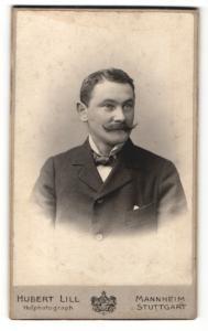 Fotografie Hubert Lill, Mannheim, Mann mit Seitenscheitel und gepunkteter Fliege