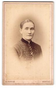 Fotografie Karl Festge, Erfurt, Frau mit zurückgebundenen Haaren und zugeknöpfter Jacke