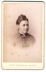 Fotografie Georg Brokesch, Leipzig, Frau mit hochgesteckten dunklen Haaren