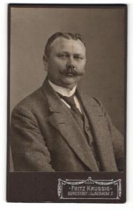 Fotografie Fritz Krussig, Burgstädt /Sa. , Mann mit Schnurrbart und dunkler Krawatte