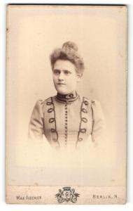 Fotografie Max Fischer, Berlin, Frau in hellem verzierten Kleid mit hochgesteckten Haaren