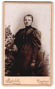 Fotografie Pofeldt, Raschau /Erzgebirge, Frau in dunklem Kleid umgeben von Pflanzen