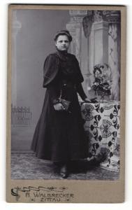 Fotografie H. Walbrecker, Zittau, Junge Frau in schwarzem Kleid mit Buch in der Hand
