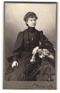 Fotografie R. Ochernal, Marienberg i/S. , Frau in schwarzem Kleid mit Kette