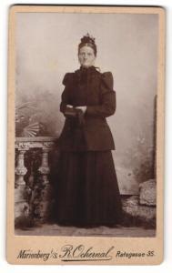 Fotografie R. Ochernal, Marienberg i/S. , Frau mit schwarzem Kleid und Kopfschmuck hält Buch und Handschuh