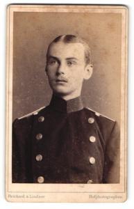 Fotografie Reichard & Lindner, Berlin, junger Soldat mit platten Haaren und Mittelscheitel