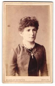 Fotografie Wilhelm Kersten, Berlin, Frau mit hochgestecktem Haar und Kreuz an der Halskette