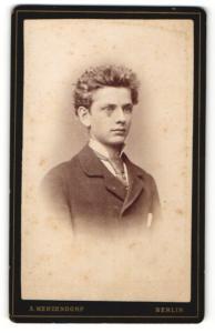Fotografie A. Menzendorf, Berlin, junger Mann mit starrem Blick und breitem Binder