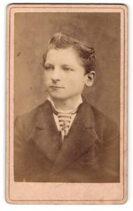 Fotografie Ernst Hering, Berlin, Junge mit hochgegelten Haaren und gestreiftem Binder