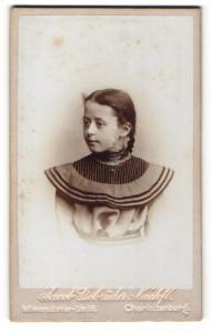 Fotografie Jacob Gebrüder Nachf., Berlin-Charlottenburg, junges Mädchen im Kleid mit Zopf